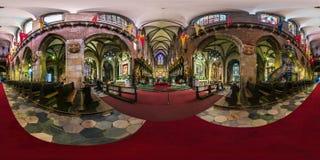 WROCLAW, POLONIA - SEPTIEMBRE DE 2018: panorama esférico inconsútil completo 360 grados de ángulo de catedral católica gótica int imagenes de archivo