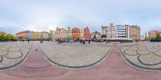WROCLAW, POLONIA - SETTEMBRE 2018: I 360 gradi senza cuciture completi inclinano il panorama di vista sul posto del quadrato del  fotografie stock
