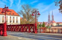 Wroclaw rode straatlantaarns op Zandbrug stock fotografie
