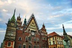 Wroclaw stadshus på marknadsfyrkanten mot ljus sommarhimmel royaltyfri bild