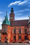 Wroclaw stadshus på marknadsfyrkanten mot ljus sommarhimmel Historisk huvudstad av Silesia Polen, Europa fotografering för bildbyråer