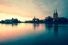 wroclaw Vista de la puesta del sol en el Ostrow Tumski el distrito más viejo de la ciudad/de la Polonia imagen de archivo libre de regalías