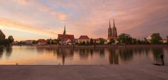 wroclaw Vue du coucher du soleil sur l'Ostrow Tumski le secteur le plus ancien la ville/en Pologne image stock