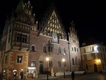 Wroclawstad De Nachtpanorama van Polen van oude straten en Katholieke kathedralen stock foto's