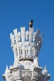Wroni obsiadanie na architektonicznej kolumnie Obraz Royalty Free