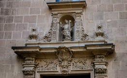 Wrotna dekoracja chłopiec z krzyżem na Alicante katedrze, Hiszpania Obrazy Royalty Free