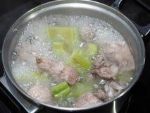 Wrzący zielony gorzki melon lub gorzka gurda z spareribs zupnymi Obrazy Royalty Free
