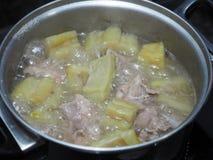 Wrzący zielony gorzki melon lub gorzka gurda z spareribs zupnymi Fotografia Stock