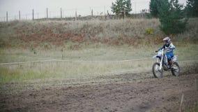 24 2016 Września dziewczyny roweru jeździec jedzie na motocyklu i rzucać kiść - Volgsk, Rosja, MX moto krzyż ściga się - zbiory wideo