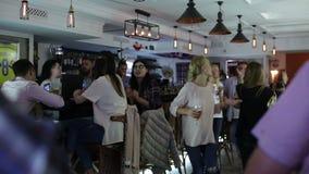 Wrzesień 23, 2016 Dnepr, otwiera nowego pub, ludzie świętuje futbol i ogląda zdjęcie wideo