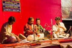 Wrzesień, 2017, Kolkata, India Zespół indyjscy muzycy bawić się shehnai przy lokalnym festiwalem obrazy royalty free