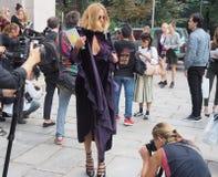 WRZESIEŃ 22, 2016: Modna dziewczyna pozuje po EMILIO PUCCI pokazu mody Mediolańska moda tygodnia wiosna, lato 2017,/ Obraz Royalty Free