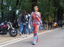 WRZESIEŃ 22, 2016: Modna dziewczyna przed EMILIO PUCCI pokazem mody Mediolańska moda tygodnia wiosna, lato 2017,/ Zdjęcia Stock