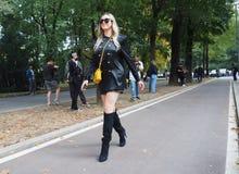 WRZESIEŃ 22, 2016: Modna dziewczyna przed EMILIO PUCCI pokazem mody Mediolańska moda tygodnia wiosna, lato 2017,/ Obrazy Stock