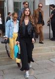 WRZESIEŃ 22, 2016: Modna dziewczyna przed EMILIO PUCCI pokazem mody Mediolańska moda tygodnia wiosna, lato 2017,/ Fotografia Stock