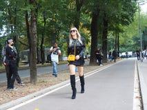 WRZESIEŃ 22, 2016: Modna dziewczyna przed EMILIO PUCCI pokazem mody Mediolańska moda tygodnia wiosna, lato 2017,/ Obrazy Royalty Free
