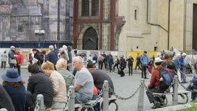 Wrzesień 12, 2017 - Praga, republika czech: udział turyści siedzi na ławkach w historycznym centrum Praga zbiory wideo