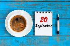 Wrzesień 20th Dzień 20 miesiąc, liścia kalendarz i filiżanka przy inżyniera oprogramowania miejsca pracy tłem, Jesień Obrazy Royalty Free