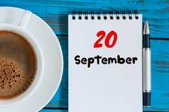 Wrzesień 20th Dzień 20 miesiąc, liścia kalendarz i filiżanka przy inżyniera oprogramowania miejsca pracy tłem, Jesień Zdjęcia Royalty Free