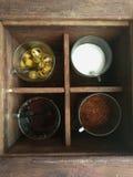 Würzgesetzter Zucker, Essig, Cayenne-Pfeffer und Fischsauce für thailändische Nudel oder padthai Lizenzfreies Stockfoto