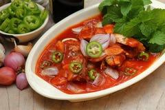 Würzige Sardinen in den Tomatensaucefischkonserven, Yum thailändische Lebensmittelart Stockfotografie