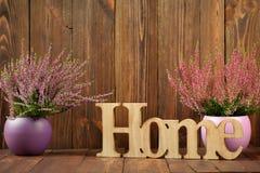 Wrzosy w ceramicznych garnkach x27 i list &; home& x27; Zdjęcia Stock