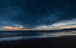 Wschód słońca burza przy Tynemouth Longsands obraz royalty free