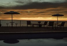Wschód słońca daleko od basenu z złocistym rankiem chmurnieje zdjęcie stock