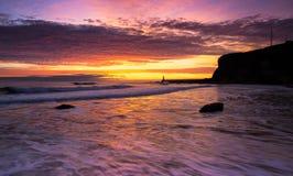 Wschód słońca od królewiątka Edward zatoki w Tynemouth, Anglia obrazy royalty free