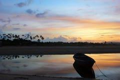 Wschód słońca łodzie przy jaśnienie plażą Obrazy Stock
