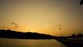 Wschód słońca żółty niebo z czarną cień wyspą na portowym schronieniu w karimun jawie fotografia stock