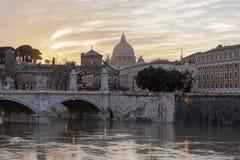 Wschód słońca bazyliki St Peter w Rzym, Włochy Rzeka, miasto fotografia royalty free