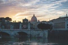 Wschód słońca bazyliki St Peter w Rzym, Włochy Rzeka, miasto obrazy stock