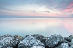 Wschód słońca i horyzont z kamieniami w przedpolu zdjęcia stock