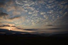 Wschód słońca i kolorowy niebo kropkujący z chmurami obrazy stock