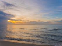 Wschód słońca i morze machamy na plaży przy morzem w ranku Fotografia Stock