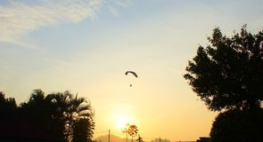 Wsch?d s?o?ca i paraglider obrazy royalty free