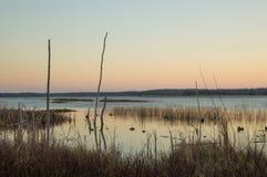 Wschód słońca i sylwetki przy Wydrowym jeziorem Zdjęcie Stock