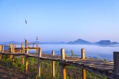 Wschód słońca idylliczny z drewno mostem i świeży z mgłą zdjęcie stock