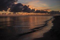 Wschód słońca Inhassoro, Mozambik - zdjęcie stock