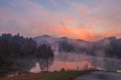 Wschód słońca jeziorny Santeetlah z mgłą Fotografia Royalty Free