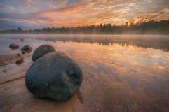 Wschód słońca, kamienie w wodzie Zdjęcia Royalty Free
