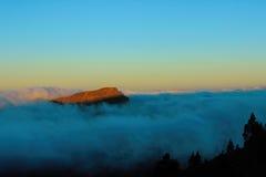Wschód słońca który iluminuje wierzchołek góra w Tenerife wyspie nad chmury kanarek Piędź, Europa Obrazy Stock