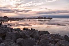 Wschód słońca latarnia morska w Ahtopol, Bułgaria rock morza Zdjęcie Royalty Free