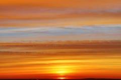 Wschód słońca lub zmierzch Chmurny niebo cloured w czerwieni, pomarańcze, wzrastał, szkarłat, karmazyny, purpury, fiołek i błękit zdjęcia royalty free