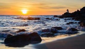 Wschód słońca lub zmierzch nad dennym widokiem od tropikalnej plaży z pomarańczowym niebem Zdjęcia Stock