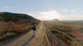 Wschód słońca lub zmierzch nad pustynną żwir drogą zbiory