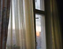 Wschód słońca lub zmierzch przez okno zdjęcie royalty free