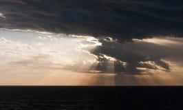 Wschód słońca na Ciemnym morzu fotografia stock