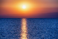 Wschód słońca na dużym jeziorze zdjęcia royalty free